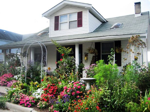 a small yard is no barrier to a bountiful garden from cottage gardens we love - Front Yard Cottage Garden Ideas