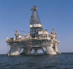 Seattle, Washington, USA. 14th May, 2015. Shell oil rig ... |Transocean Shell Rigs