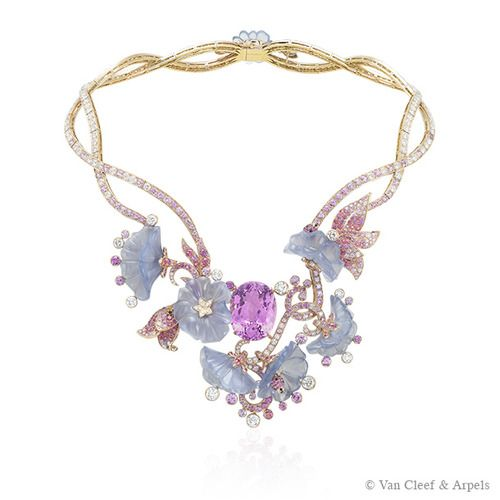 The Caché-Révélé necklace from Palais de la chance collection presents an oval-cut mauve kunzite surrounded by five ladybirds curled up within chalcedony cherry blossoms, guardians of this floral treasure. The complexity of this piece lies in the chalcedony sculpture work, to reproduce the rich volume of the petals.