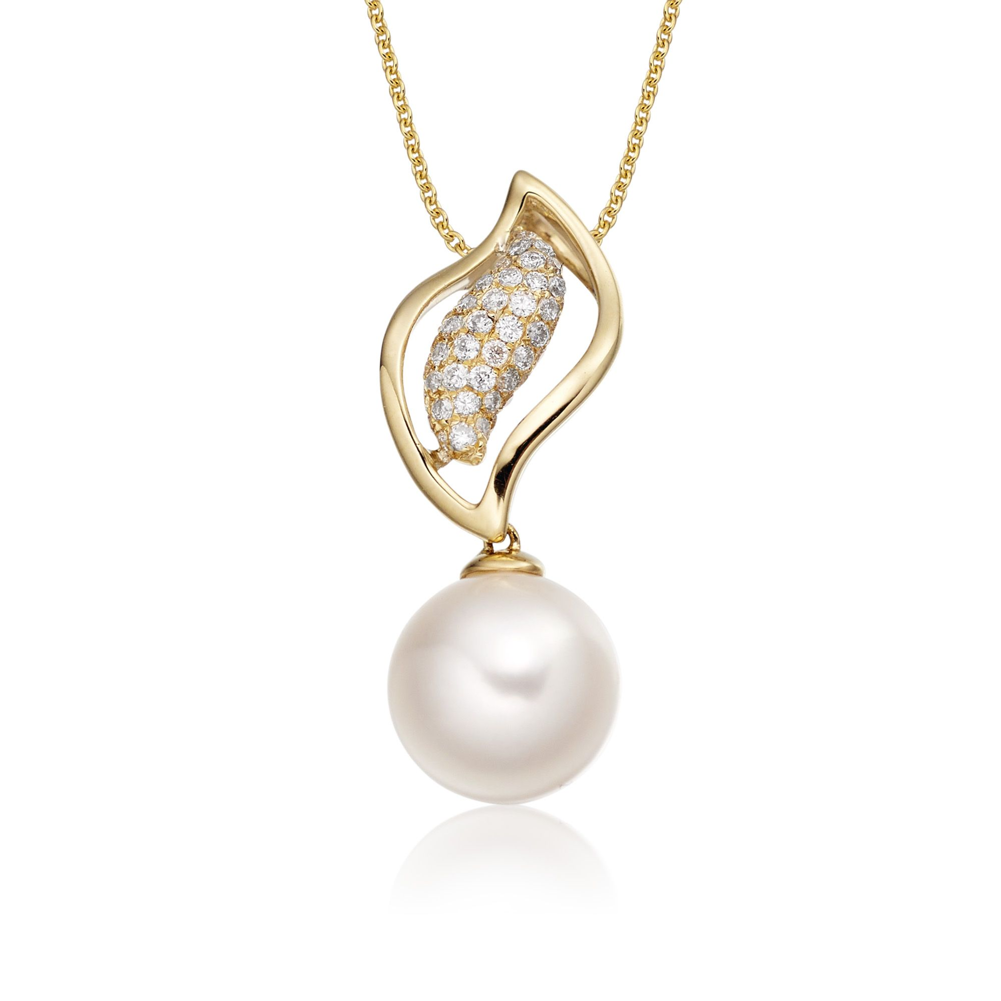 This beautiful freshwater cultured pearl and diamond necklace has 0.15ct brilliant cut round diamonds set to compliment this beautiful 8mm white freshwater pearl. This necklace is made in 9K yellow gold and comes complete with a beautiful mirror trace chain.