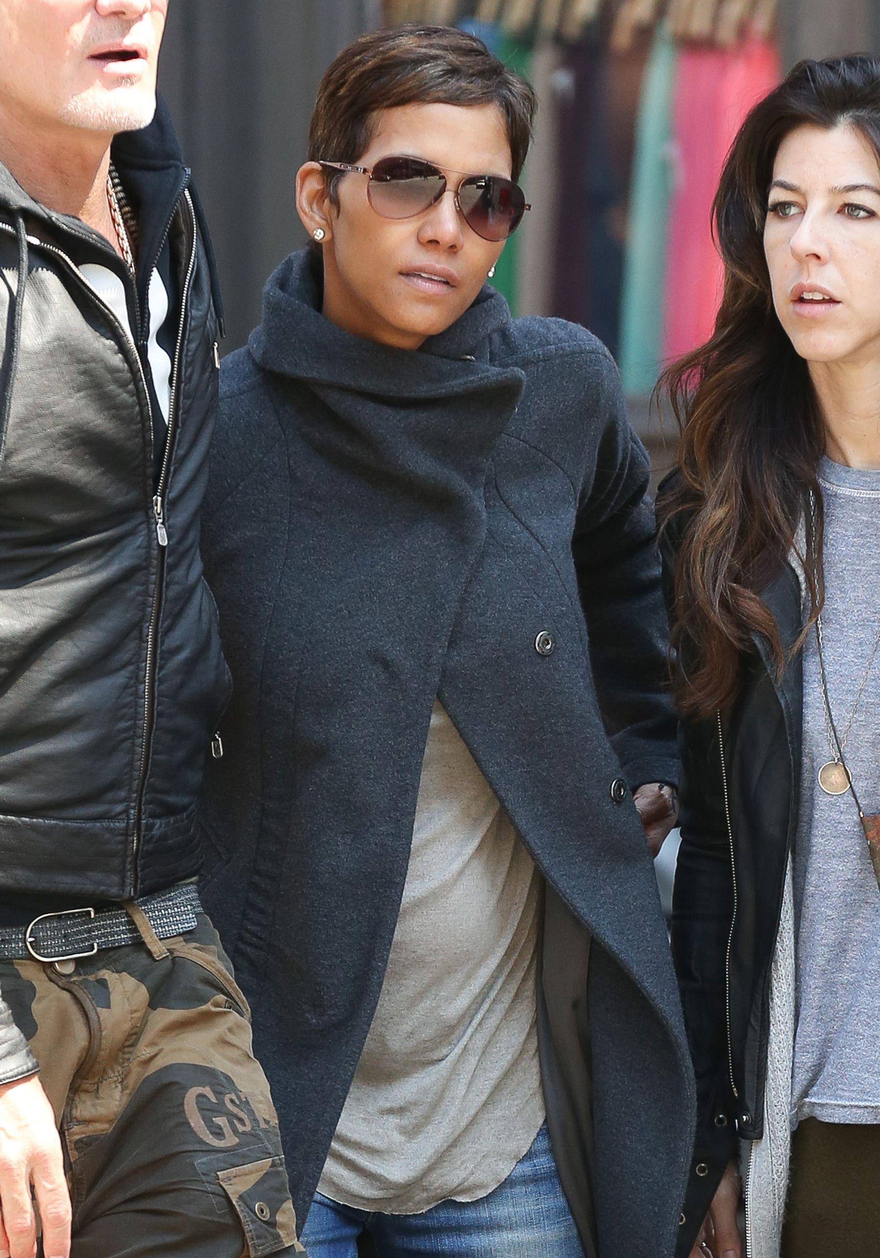 Coiffure Courte Halle Berry Halle Berry Steps Out With Tiny Baby Bump See The Pic