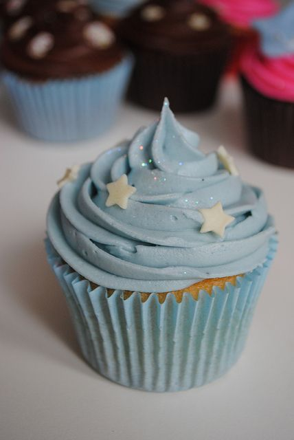 twinkle star cupcakes -- great touch of glitter with a couple stars!