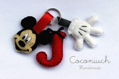 Llavero de Mickey con letra y guante en fieltro.  5e2a989ca1b