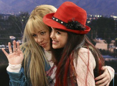 Selena Gomez As Mikayla On The Disney Channel Series Hannah Montana Miley Cyrus Selena Gomez With Fans Miley Cyrus Hannah Montana Forever