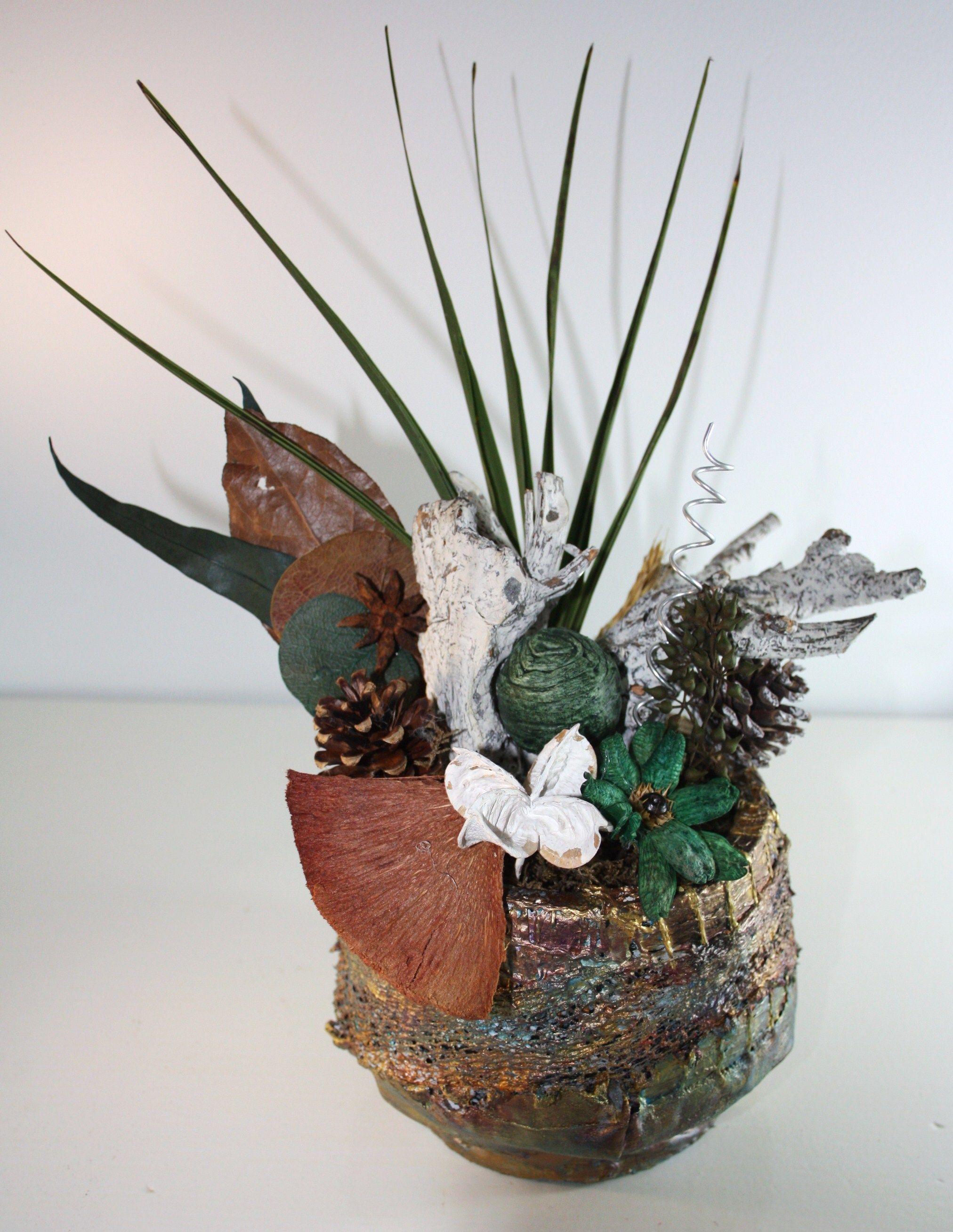 Composition Florale Realisee Avec Un Ancien Pot De Fleur Decore Et