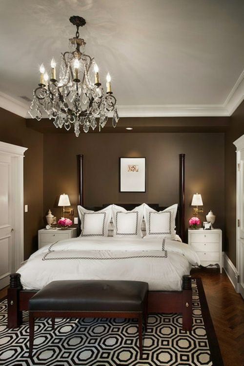 Kronleuchter Im Schlafzimmer Doppelbett Braun Wandgestaltung Traditionell
