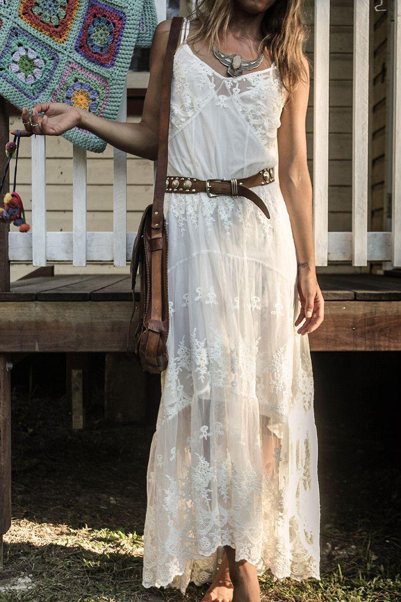 a738679755d9 Robe longue, style bohème, blanche à dentelle, fine bretelles, ceinture et  besace cuir marron, tenue d été, Ophelia Maxi Dress - Off White