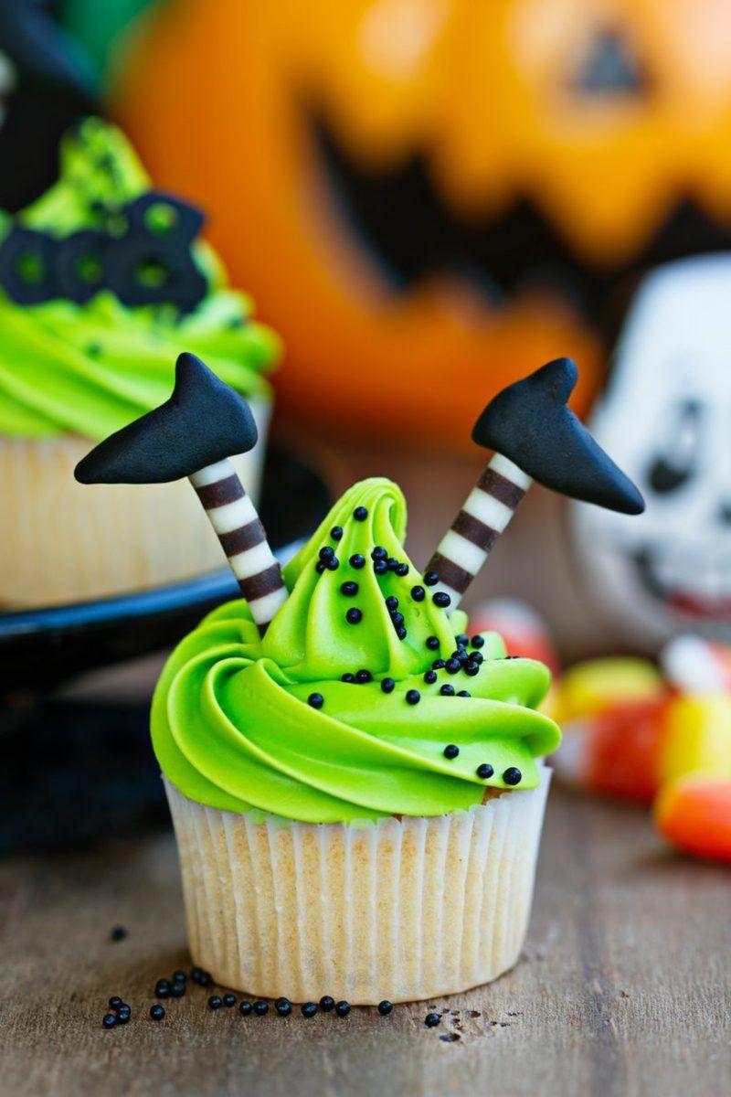 Halloween Muffins Rezept mit leckerer Sahnecreme und Himbeersoβe #halloweencookies