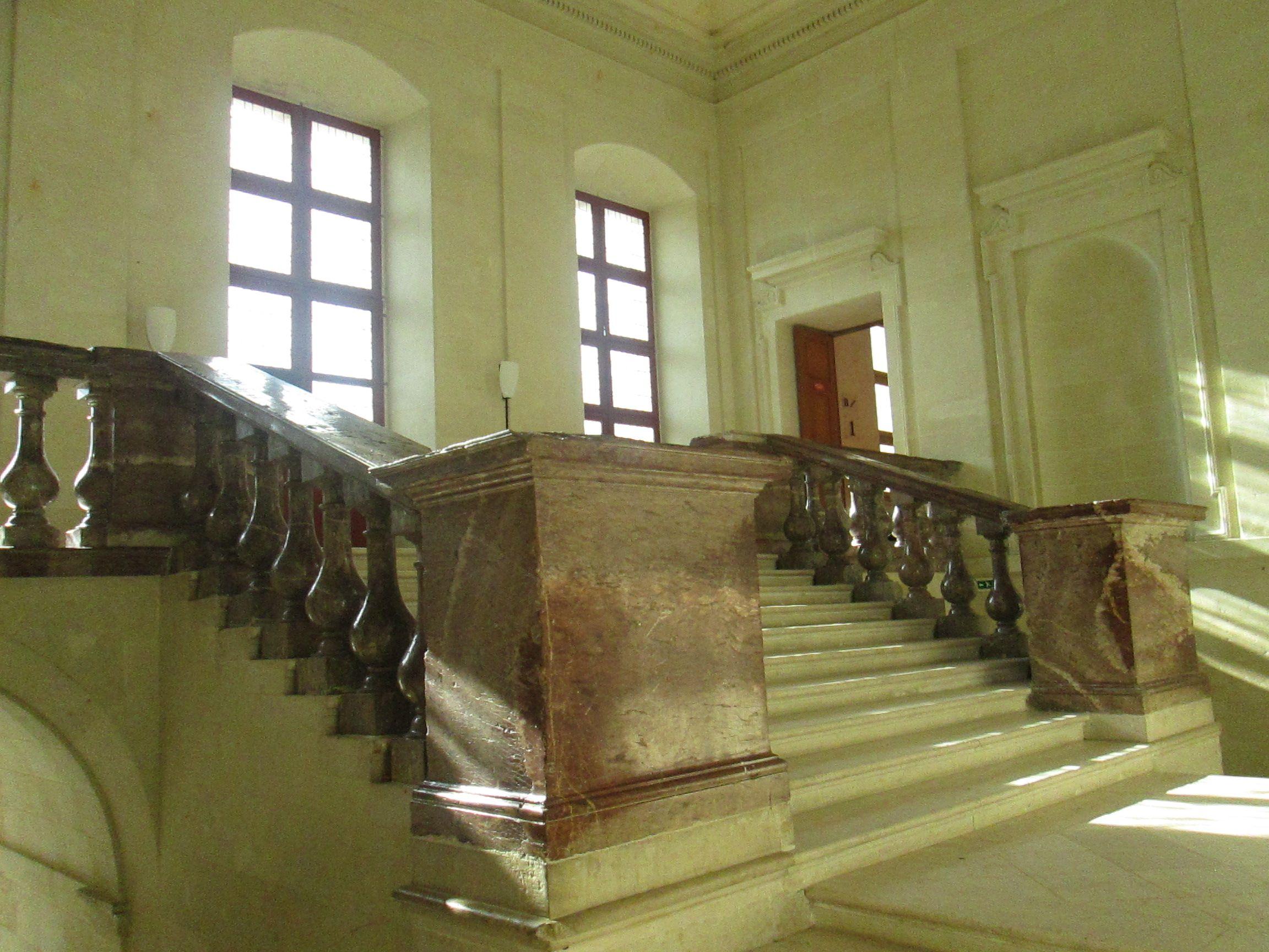 Escalier D Honneur Du Chateau De Thouars Au Moyen Age Cette Ville Ne Pouvait Etre Autre Que Le Siege D Une Puissante Forteresse Do Poitou Escalier Forteresse