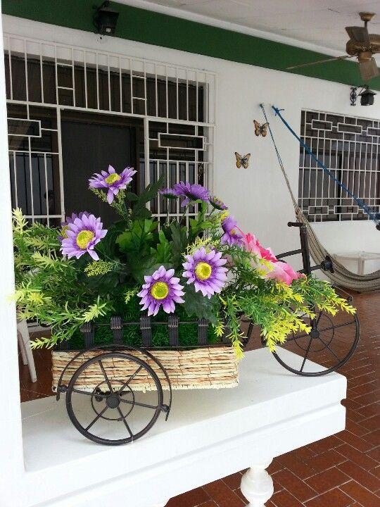 Carreta adornada con flores artificiales para exterior Jardinería