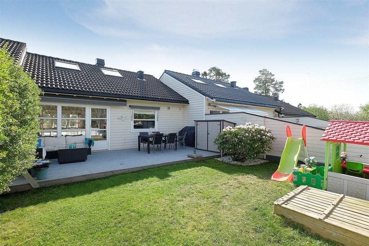 Flott terrasse og hage; usjenert, solrikt og barnevennlig.