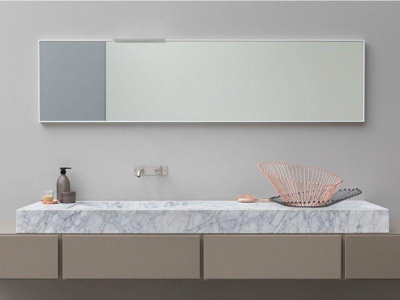 Marmor-Waschtisch mit Einbauwaschbecken über Holz-Unterschrank