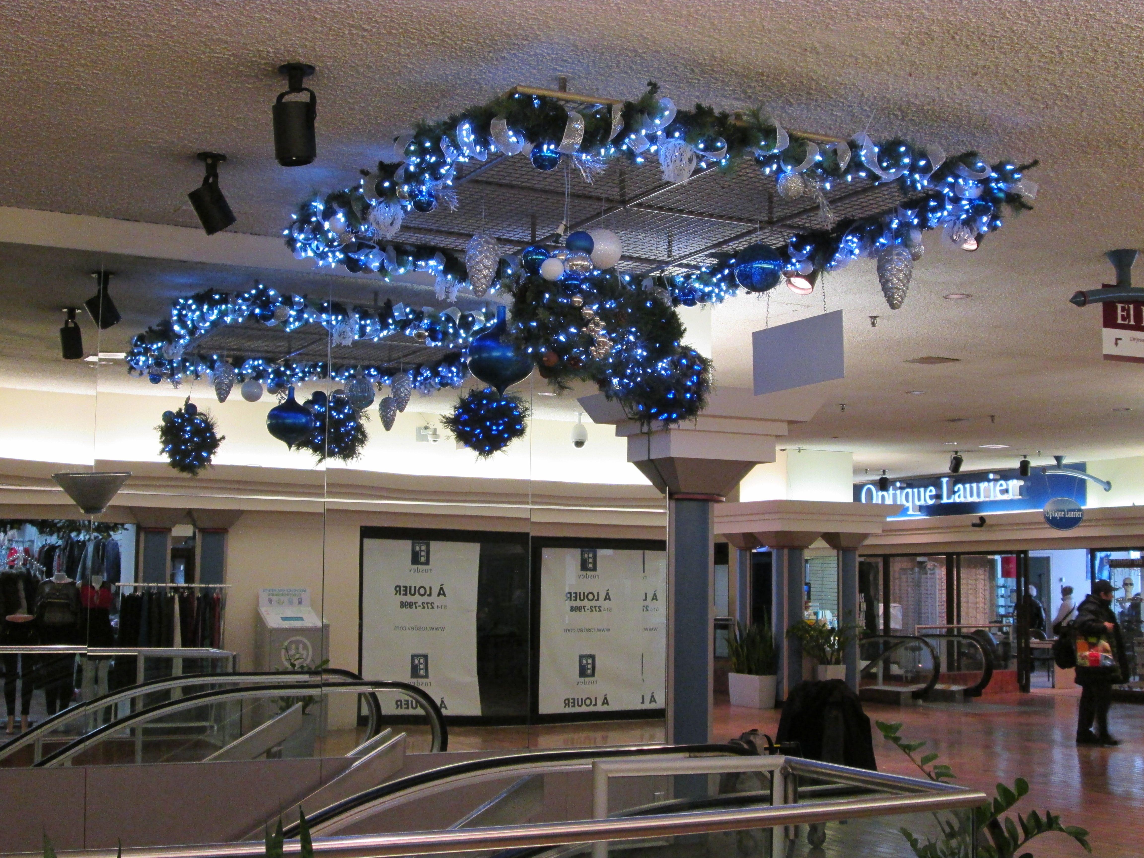 Installation de guirlandes et boules lumineuses sur treillis. Réalisation par #Alphaplantes #Noel #Christmas #Holidays #Fetes #Bleu #Blue #Garland #Lights #Xmas