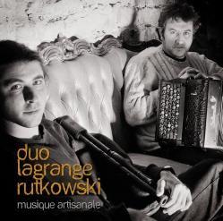 Gaël et Sébastien, dans cette formation, vous proposent une musique traditionnelle à danser issue essentiellement du répertoire du Morvan, mais aussi d'Auvergne et d'Irlande, tout en y ajoutant leurs propres compositions...