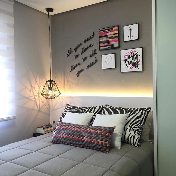 cabeceira iluminada painel branco mdf quarto casal pequeno luminaria pendente quarto moderno
