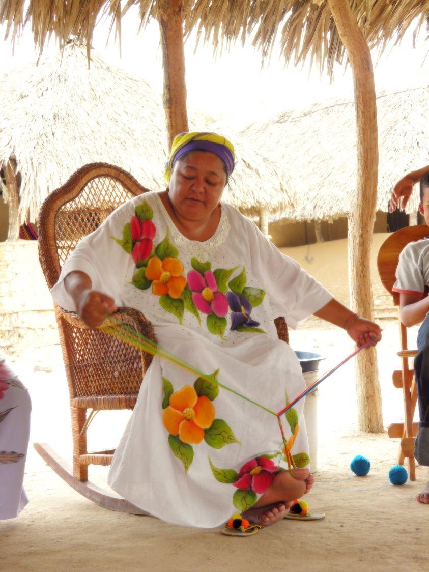 Tejiendo la bella mochila Wayúu en la Península Guajira, pero su manta bordada y hecha a mano es parte de nuestra cultura étnica, Zulia, Venezuela