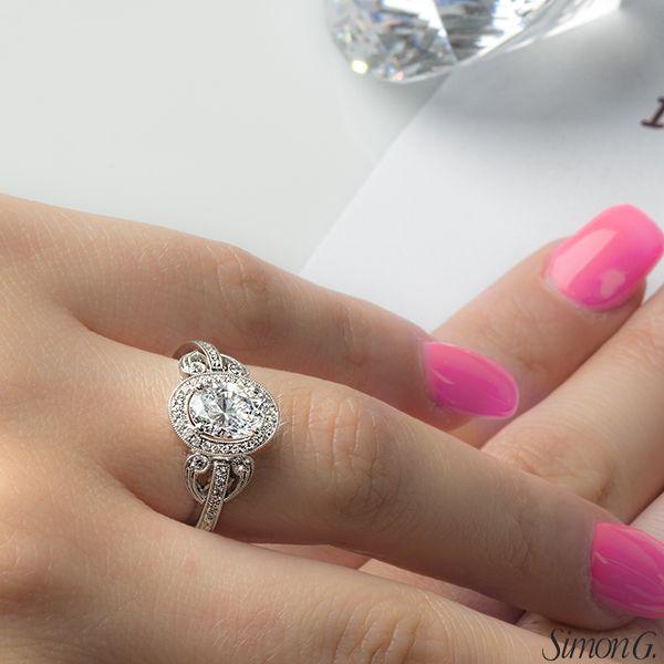 La forme de votre diamant peut faire toute la différence. Ici nous vous présentons une magnifique bague avec diamant ovale. Venez voir les différentes options qui s'offre à vous.