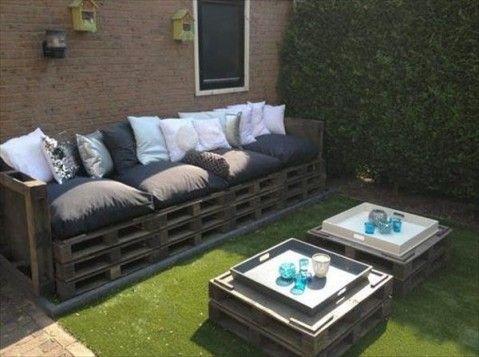 un bel exemple de salon de jardin en palette très simple à réaliser ...