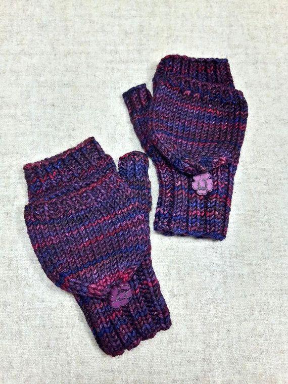 Fingerlose Kinderhandschuhe mit Kappe für Kleinkinder in dunklem Violett, die Armstulpen sind so warm und weich, die möchte man gar nicht mehr