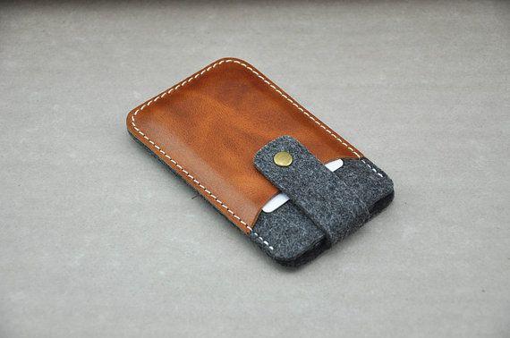 He encontrado este interesante anuncio de Etsy en https://www.etsy.com/es/listing/179583743/handmade-felt-and-leather-sleeve-wallet