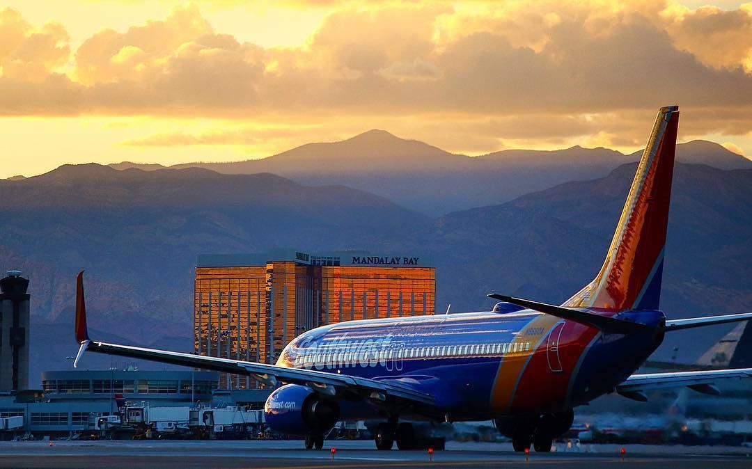Planespotting A Beautiful Boeing 737 Makes Its Way Through A Las Vegas Sunset Avgeek Southwest Airlines Airline Booking Las Vegas Trip