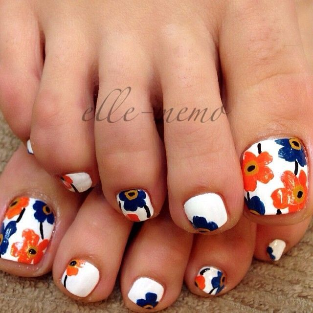 If I could paint nails somewhat decently, I would totally do this ...