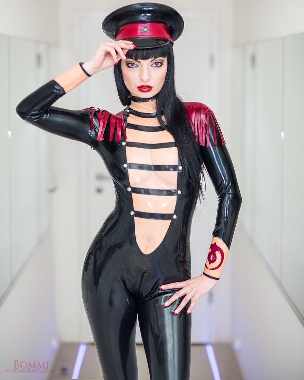 Young black cougar erotic