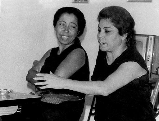 Fernanda Y Bernarda Superhermanas Secretolivo Romance Trompetista Musica