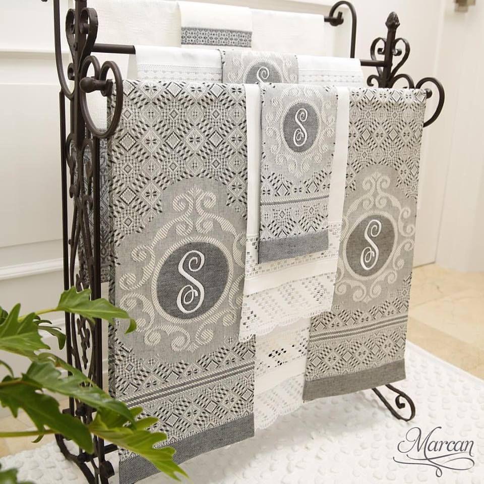 Un perfecto regalo de bodas es un elegante juego de toallas personalizadas. #MarcanLenceria #NoviaMarcan
