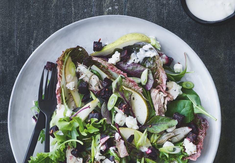 Sprød salat med røget makrel, rødbedecroutoner og hvidløgscreme   Bobedre.dk