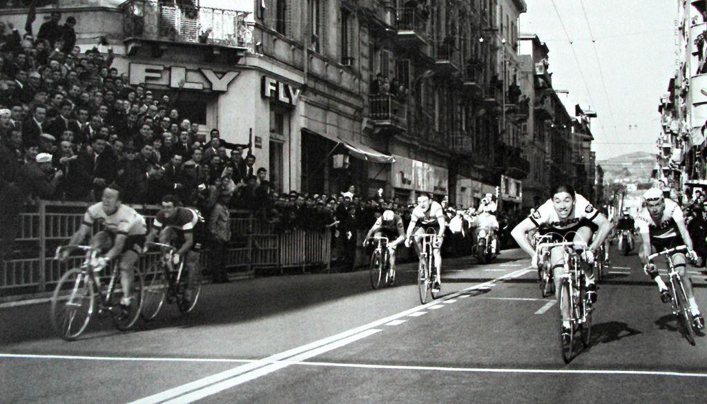 Milano-Sanremo 1966, 20 marzo. Eddy Merckx (1945) al suo primo successo nella classicissima. Alle sue spalle Adriano Durante (1940-2009) 2°, Herman Van Springel (1941) 3°, Michele Dancelli (1942) 4°, in maglia tricolore, Adriano Passuello (1942) 5° e Raymond Poulidor (1936) 7°.