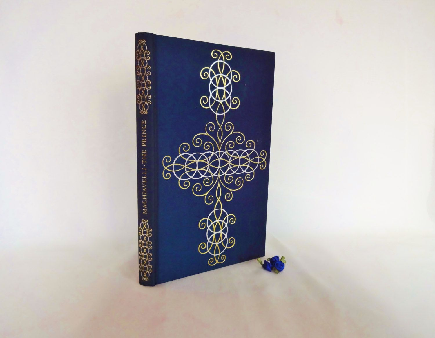 best ideas about niccolo machiavelli the prince the prince by niccolo machiavelli the folio society of london 1972 beautifully decorated silk covers in good condition