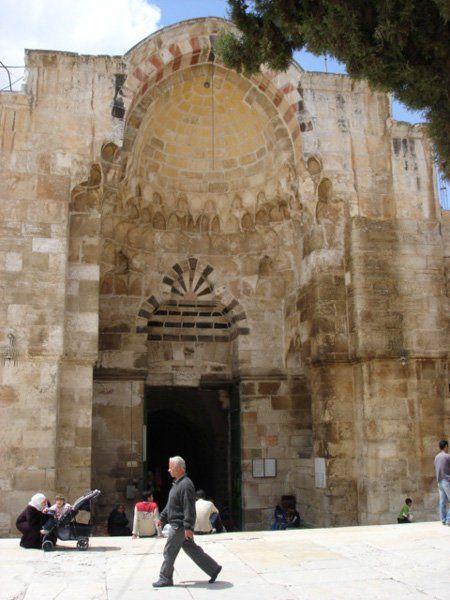 باب القطانين من أجمل وأضخم أبواب المسجد الأقصى المبارك يقع في منتصف سوره الغربي تقريبا بين بابي الحديد شمالا والمط Palestine Islamic Architecture Jerusalem