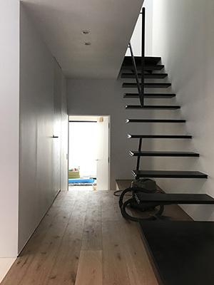 巾木と階段 Saji Architects サジアーキテクツ 一級建築士事務所 鉄骨階段 巾木 鉄骨