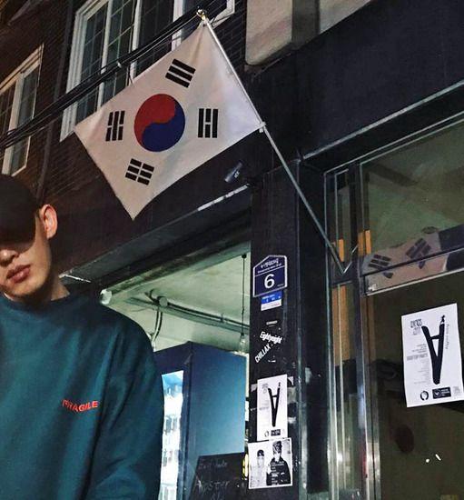 배우 유아인이 19일 서울시내에서 열린 박근혜 대통령 퇴진을 요구하는 주말 광화문 촛불집회에 참석해 시민들과 한 목소리를 냈다. 유아인 페이스북