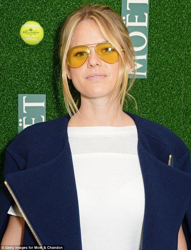 Tenho notado que muitas fashionistas não largam seus óculos com lente  amarela e transparente. Esta e7e43c4dc1