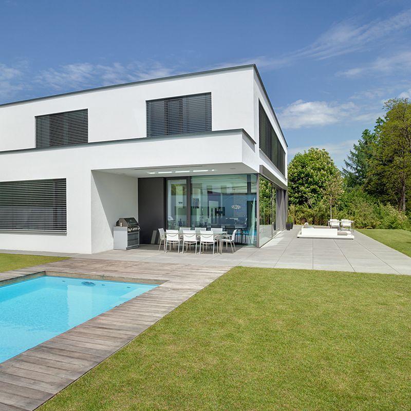 Moderne Villa mit Pool und Holzdielen #villa #poolgestaltung ...