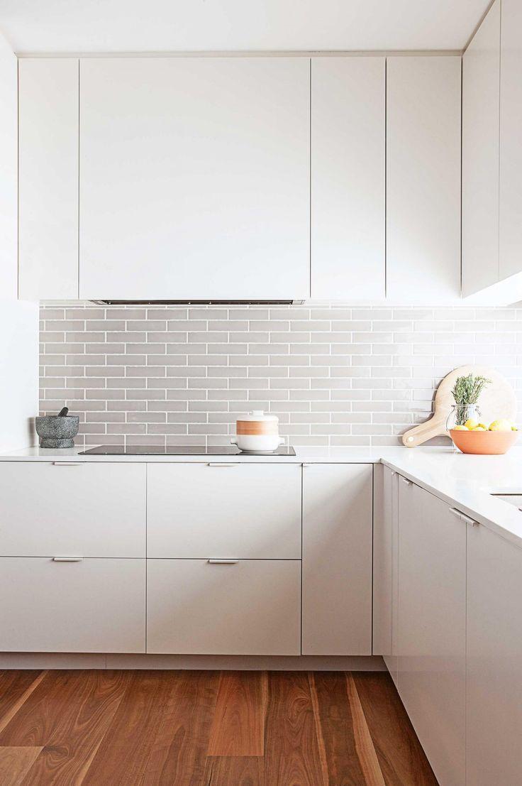 Weiße Moderne Küche, Moderne Küchenschränke, Küchenweiß, Weiße Küchen,  Traumküchen, Keramik Bodenfliesen, Mosaikfliesen, Kacheln, U Bahn Fliesen  ...