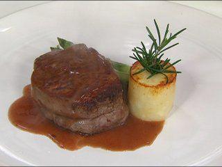 Esta receta de carne en salsa de vino tinto, es una deliciosa carne, te encantará. Sírvela un día que quieras impresionar a tus invitados.