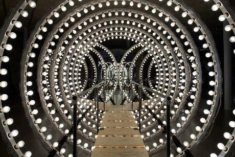 カールステン・フラー 《Y》2003年 960個の電球、アルミニウム、木、鏡  Installation view: Thyssen-Bornemisza Art Contemporary. Collection as Aleph,Kunsthaus Graz, 2008  Photo: Jen Fong Photography / T-B A21, 2008