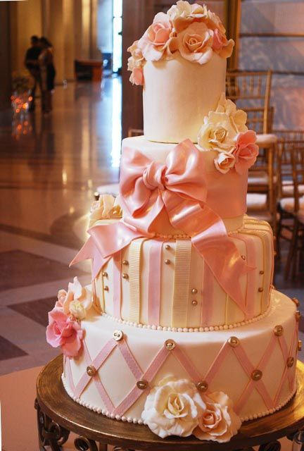 Pink bows, frosting ribbons, and little buttons - so charming for a preppy wedding.