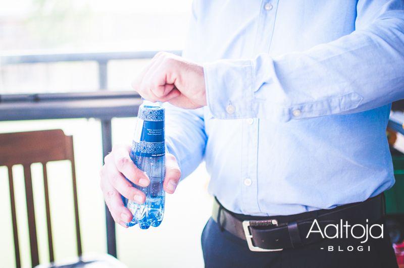 """Aaltoja-blogin Sonja laittoi ristiäisjuhlien kattaukseen mukaan Spring Aqua Premium -pullot. """"Vaikka juhlisi vain pienimuotoisesti, on ihana panostaa tarjoiluun ja koristeluun. Asettelin juhlalliset Spring Aqua Premium -lähdevedet suuren juhlan tyyliin sinkkiämpäriin. Kun juhlallisuuksien ja vauvan hoitotoimenpiteiden jälkeen pääsin itse kahvipöytään, huomasin lähdevesien tehneen hyvin kauppansa."""""""