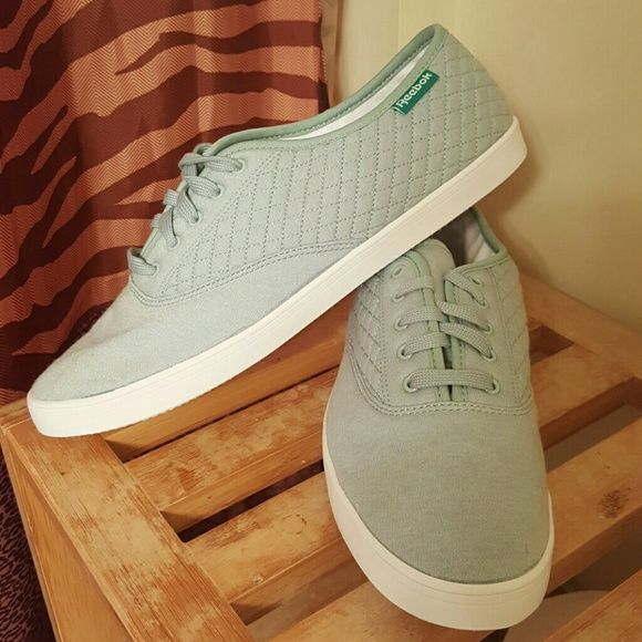 ba0f88ac444440 Reebok Women s Royal Tenstall Casual Sneaker Cloth Canvas upper Snitch  detailing along the side Lace up