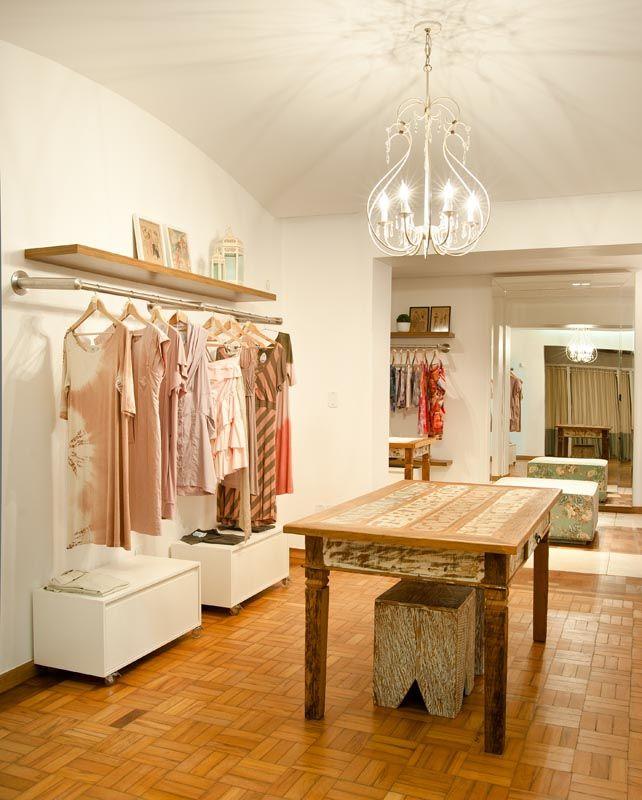 Mesa madeira de demoliç u00e3o Peroba Rosa Loja Santa Maria em Uberl u00e2ndia Ambientaç u00e3o de loja  -> Decoracao Para Loja Feminina Pequena