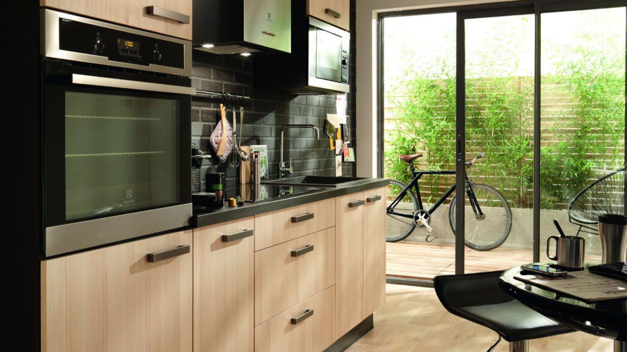 elegant cuisine aviva rouge haute brillance mur gris ides dco pour relooker votre cuisine avec. Black Bedroom Furniture Sets. Home Design Ideas