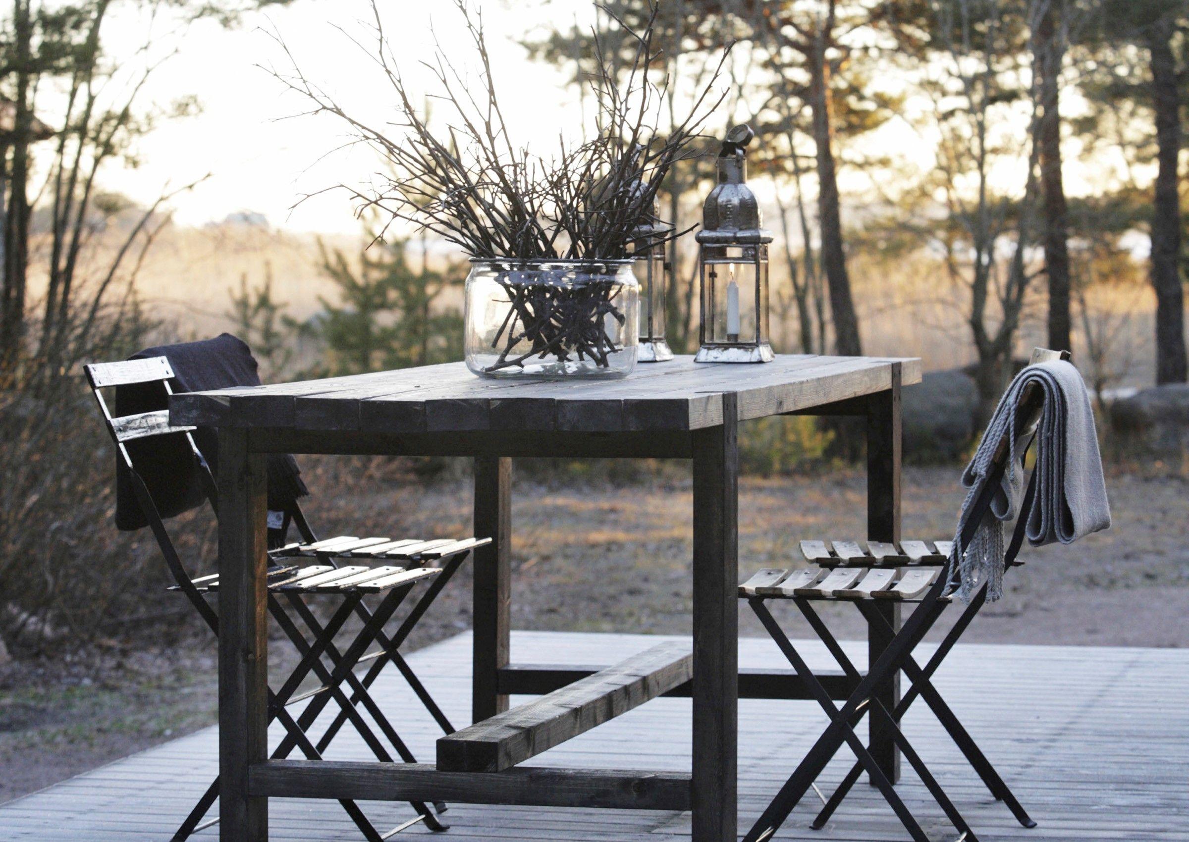 Lankuista nikkaroitu terassipöytä voi olla ulkona ympäri vuoden. Katso Meidän Mökin ohjeet ja tee itse tukeva pöytä!