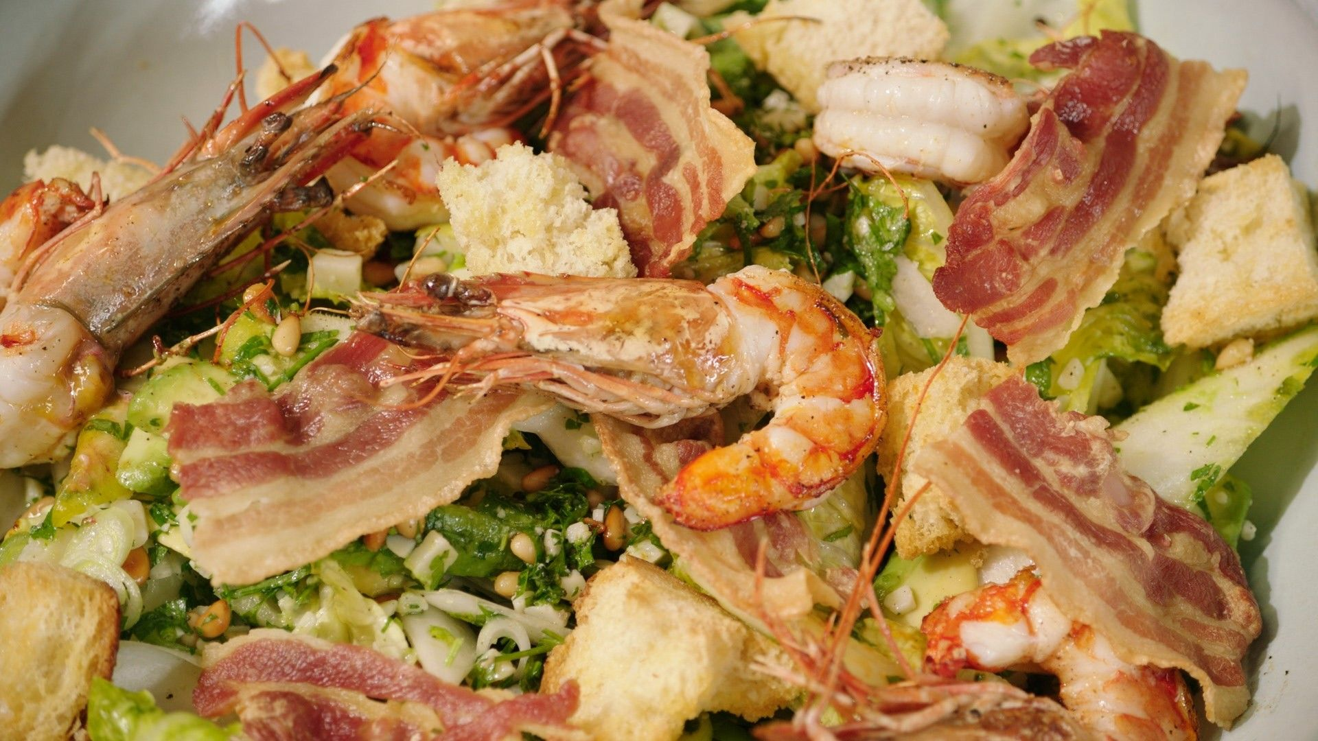 Recept salade met witloof, gamba's en spek, pesto van peterselie en pijnboompitten
