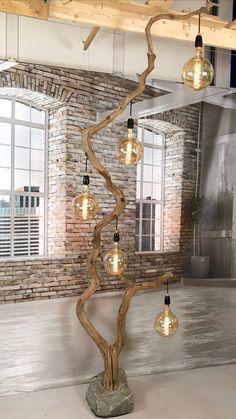 Photo of Vloerlamp gemaakt van 294 cm hoge oude eiken tak en lampenkappen in het model en kleur naar keuze.