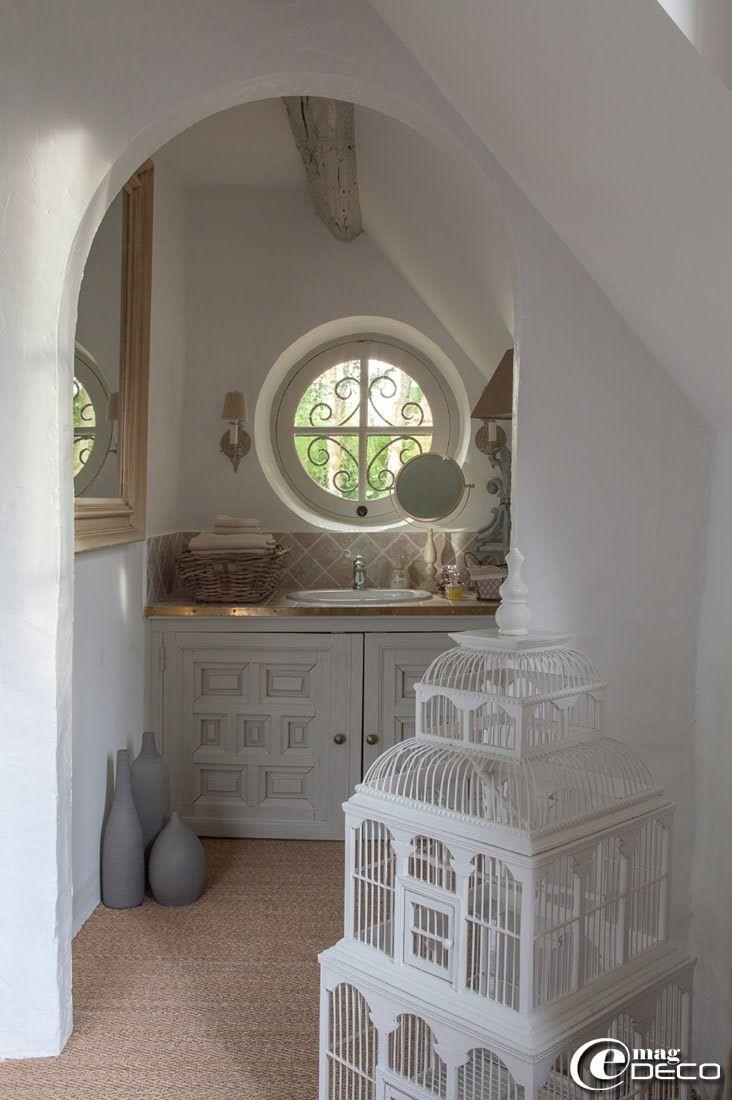 dans une salle d 39 eau en alc ve miroir psych 39 maisons du monde 39 collection de vases 39 ikea. Black Bedroom Furniture Sets. Home Design Ideas