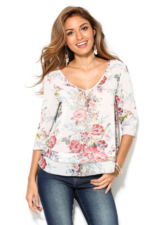 4619f9f1ba Esta femenina blusa estampada con elegantes flores es un derroche de  romanticismo. Blusa de escote V en el delantero y la espalda. De manga 3 4